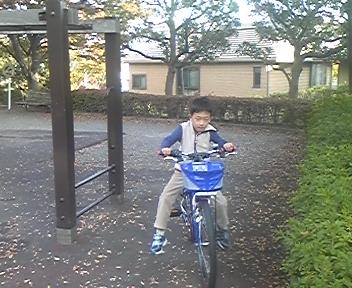新しい自転車がまだ操れないKen