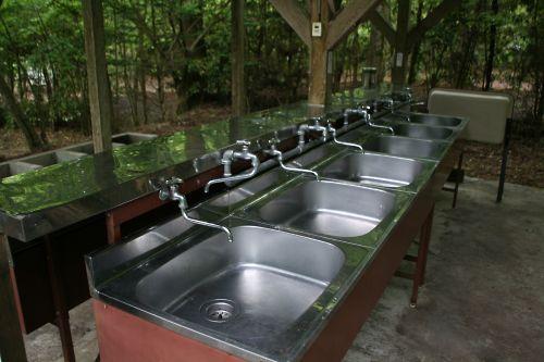 炊事場は大変きれいに保たれていました。水とお湯がありますが、お湯は冬季限定の模様です